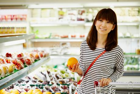 スーパーマーケットで買い物をする女性の写真素材 [FYI02060244]