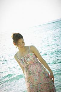 海辺の女性の写真素材 [FYI02060256]