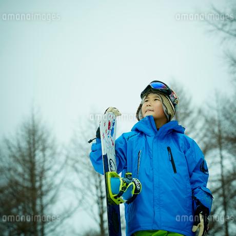 スノーボードを持つ男の子の写真素材 [FYI02060257]