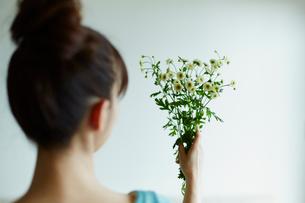花束を持つ女性の写真素材 [FYI02060258]