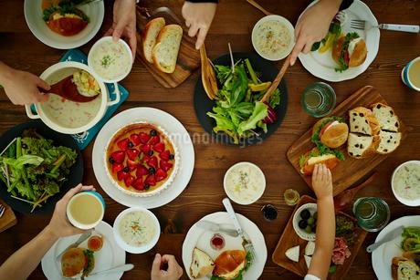 食事をするファミリーの手の写真素材 [FYI02060270]