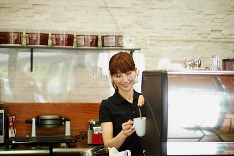 カフェで働く女性の写真素材 [FYI02060271]