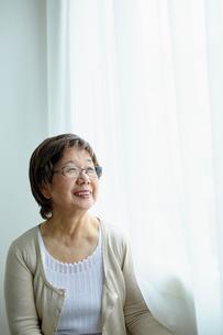 笑顔のシニア女性ポートレートの写真素材 [FYI02060276]
