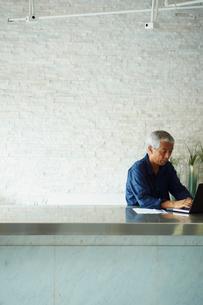 ノートパソコンを操作するシニア男性の写真素材 [FYI02060282]