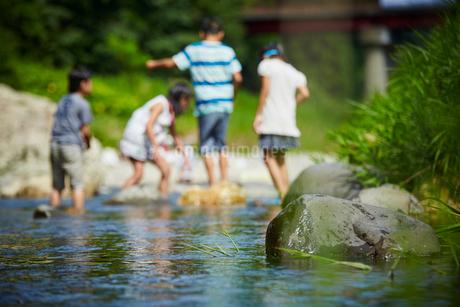 川遊びをする子供達の写真素材 [FYI02060303]