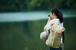 カメラを構える女性の写真素材 [FYI02060329]