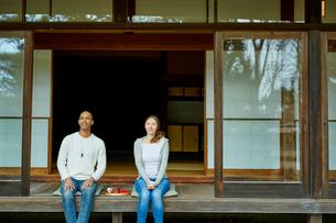 縁側に座る外国人カップルの写真素材 [FYI02060350]