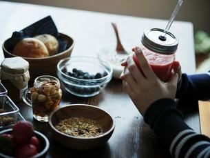 朝食を食べる女性の手元の写真素材 [FYI02060369]