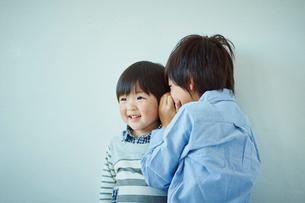 内緒話をする兄弟の写真素材 [FYI02060382]