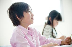 教室で勉強する小学生の女の子と男の子の写真素材 [FYI02060385]
