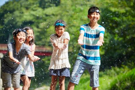 笑顔の子供達と水しぶきの写真素材 [FYI02060386]