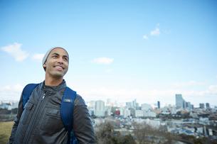 外国人男性と仙台市の街並みの写真素材 [FYI02060389]