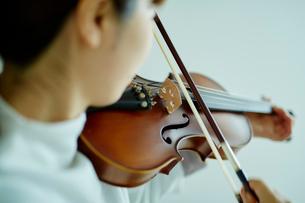 バイオリンを弾く女性の写真素材 [FYI02060393]