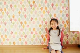 床に座る女の子の写真素材 [FYI02060394]