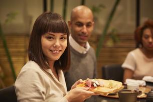 寿司屋で食事をする外国人の写真素材 [FYI02060402]