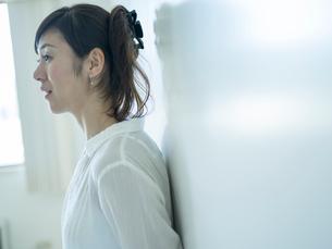 ミドル女性の横顔の写真素材 [FYI02060413]