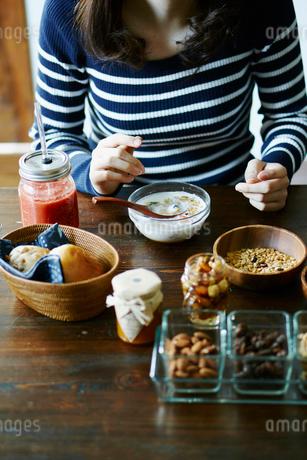 朝食を食べる女性の手元の写真素材 [FYI02060418]