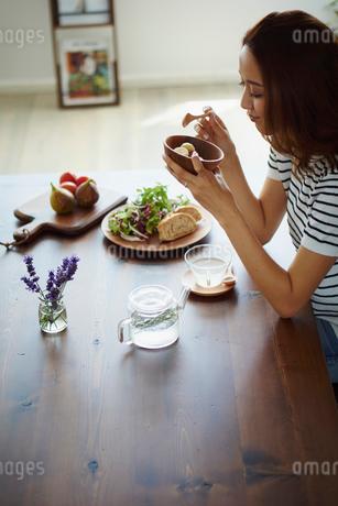 朝食を食べる女性の写真素材 [FYI02060428]