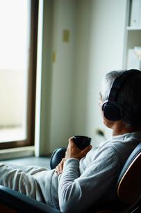 ヘッドフォンで音楽を聴くシニア男性の写真素材 [FYI02060431]