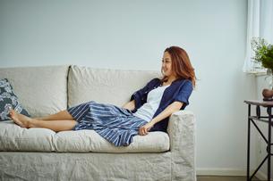 ソファの上でくつろぐ女性の写真素材 [FYI02060433]