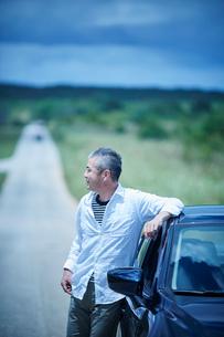 車とミドル男性の写真素材 [FYI02060438]
