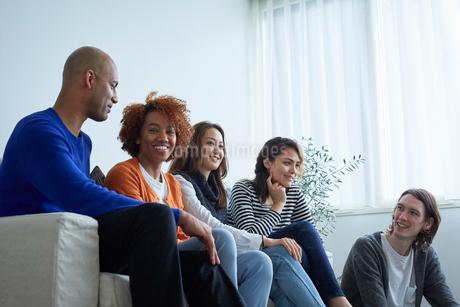 ソファに座る外国人と日本人の写真素材 [FYI02060440]