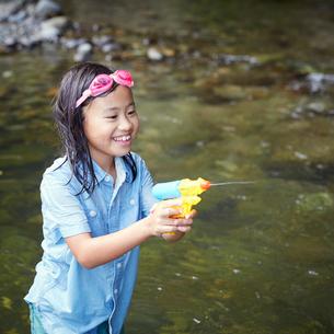 水鉄砲で遊ぶ女の子の写真素材 [FYI02060462]
