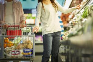 スーパーマーケットで買い物をする夫婦の写真素材 [FYI02060474]