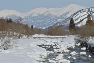寒河江川と月山雪景の写真素材 [FYI02060478]