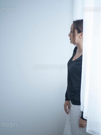 窓のカーテンと女性の写真素材 [FYI02060482]