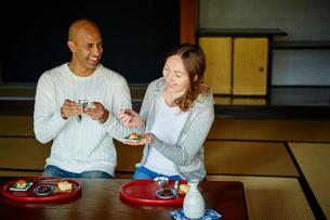 和室で食事をする外国人カップルの写真素材 [FYI02060484]