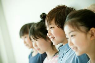 小学生4人の横顔の写真素材 [FYI02060486]