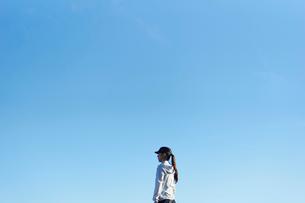ランニングウェア姿のミドル女性と青空の写真素材 [FYI02060499]