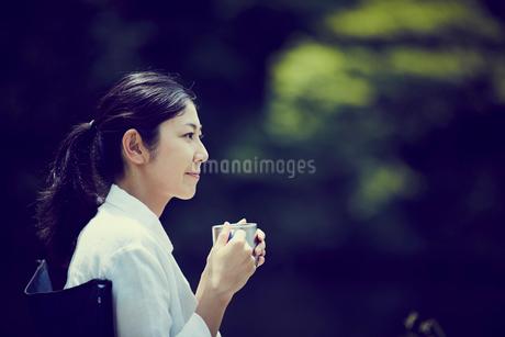 カップを持つ女性の横顔の写真素材 [FYI02060505]