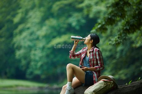 マイボトルで飲み物を飲む女性の写真素材 [FYI02060508]