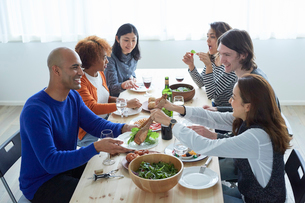 ホームパーティーをする外国人と日本人の写真素材 [FYI02060515]