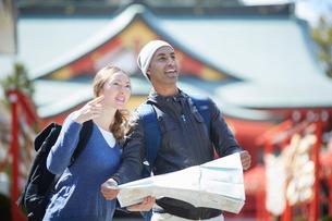 観光する外国人カップルの写真素材 [FYI02060519]