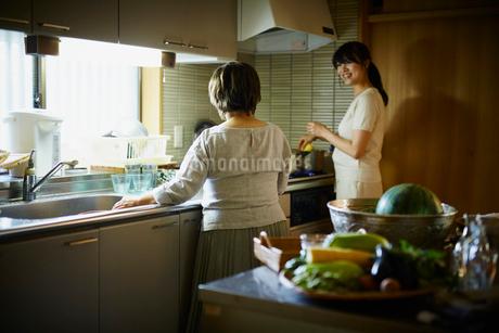 料理をする娘と母親の写真素材 [FYI02060520]