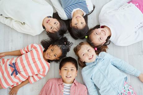 寝転ぶ日本人と外国人の子供たち6人の写真素材 [FYI02060525]