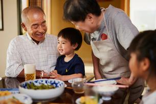 食事をする孫と祖父母の写真素材 [FYI02060535]