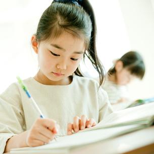 教室で勉強する小学生の女の子の写真素材 [FYI02060537]
