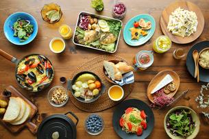 洋食がのった食卓の写真素材 [FYI02060540]