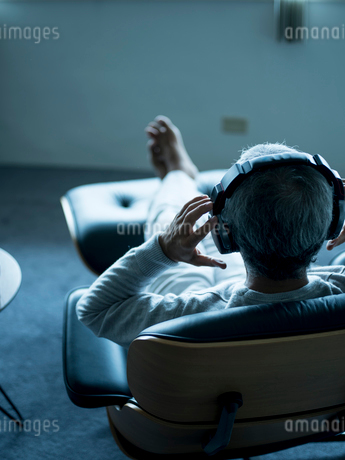 ヘッドフォンで音楽を聴くシニア男性の写真素材 [FYI02060547]