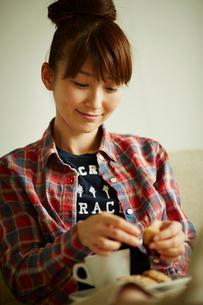 クッキーを持つ女性の写真素材 [FYI02060557]