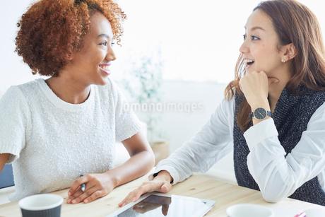 ミーティングをする外国人女性と日本人女性の写真素材 [FYI02060565]