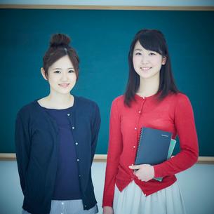 2人の女子大生のポートレートの写真素材 [FYI02060567]
