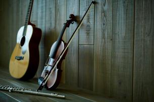 バイオリンとギターとフルートの写真素材 [FYI02060570]
