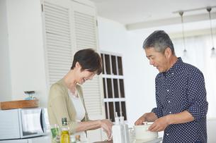 料理をするシニア夫婦の写真素材 [FYI02060593]