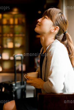 ラウンジでくつろぐ旅行中の女性の写真素材 [FYI02060604]
