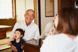 孫を抱く祖父の写真素材 [FYI02060605]